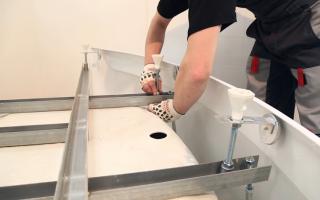 Как правильно крепить акриловую ванну к стене?