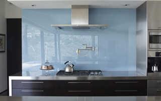 Как правильно крепить стеклянный фартук на кухне?